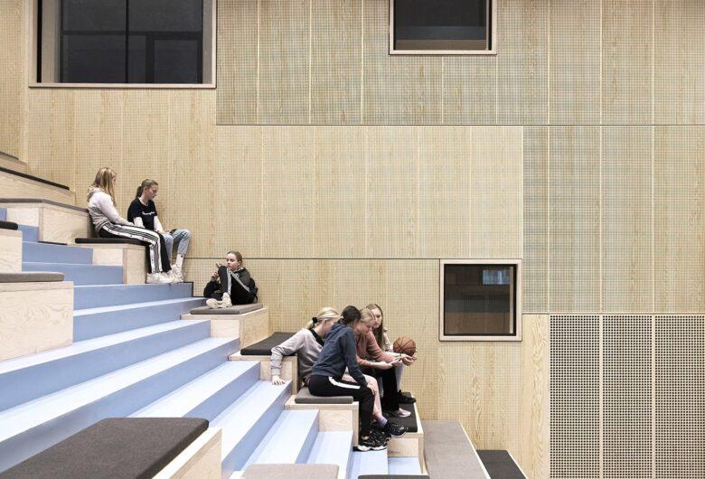 Bellahøj Skole trappe med elever