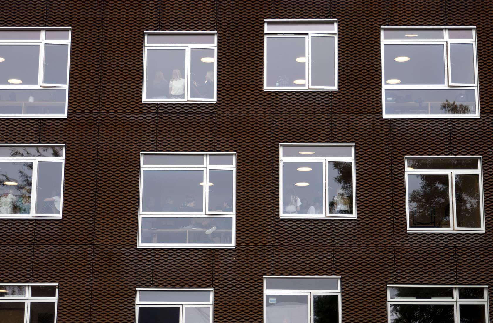 Holbæk private realskole facade med vinduer
