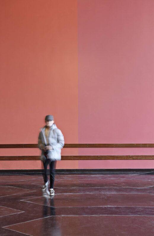 Lundehusskolen barn ved rød væg