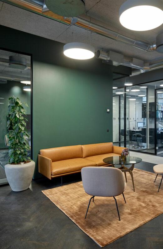 Lundgrens stole ved grøn væg