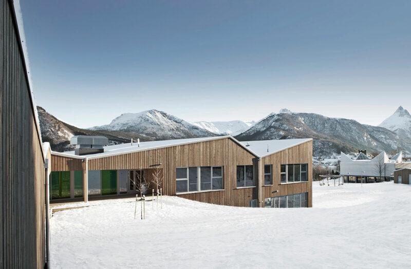 Sørestranda Skole i sneen