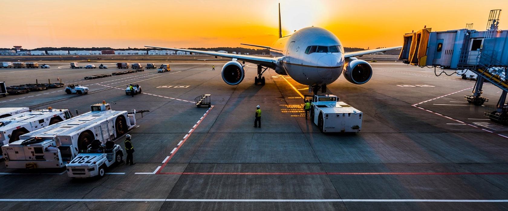 Flyvemaskine i solnedgangen
