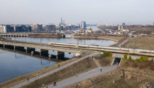 Avedøreruten cyklist under broen