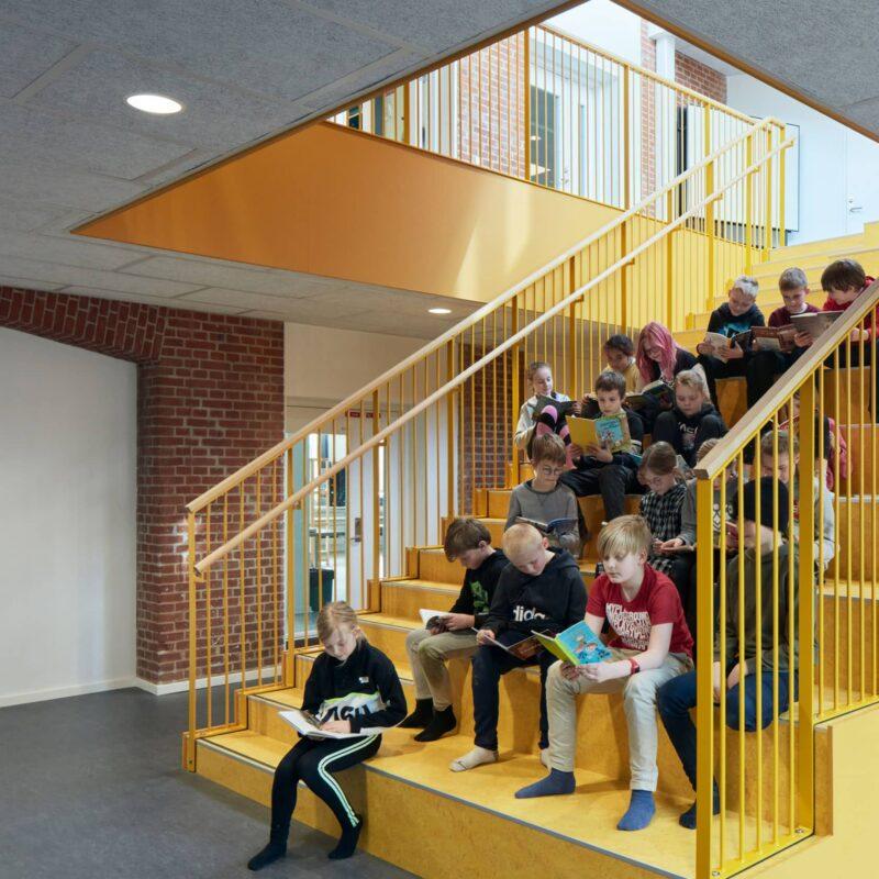 Børn på trappen i Kjellerup Skole