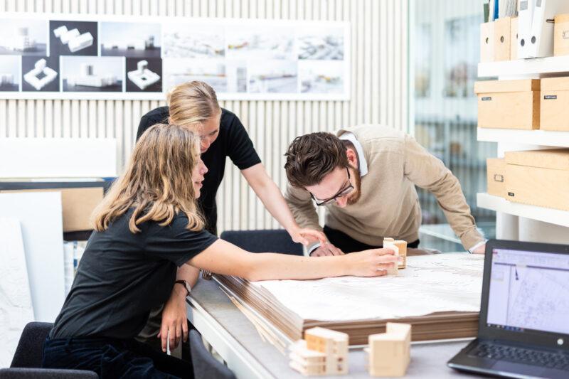 Arkitekter med model
